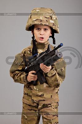 年轻的男孩穿着像士兵用步枪 | 高分辨率照片 |ID 3377567