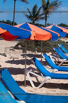Sunchairs And Umbrellas On Beach | Foto stockowe wysokiej rozdzielczości |ID 3379403